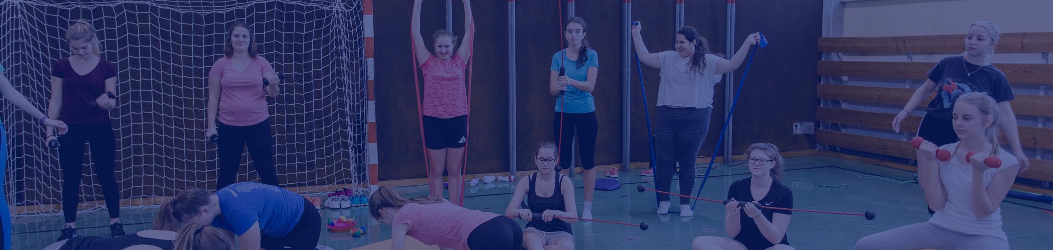 Eine Gruppe von Schülerinnen macht Turnübungen.